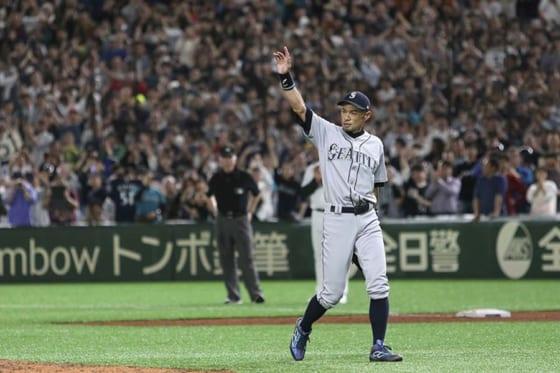 球場全体からの大歓声に送られベンチに退くマリナーズ・イチロー【写真:AP】