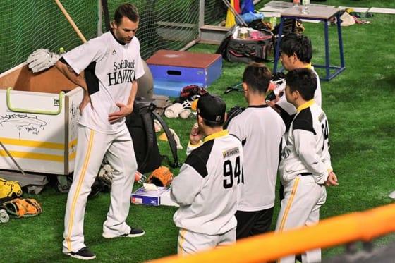 倉野コーチやトレーナーに身体の状態を説明するソフトバンクのデニス・サファテ(左)【写真:藤浦一都】