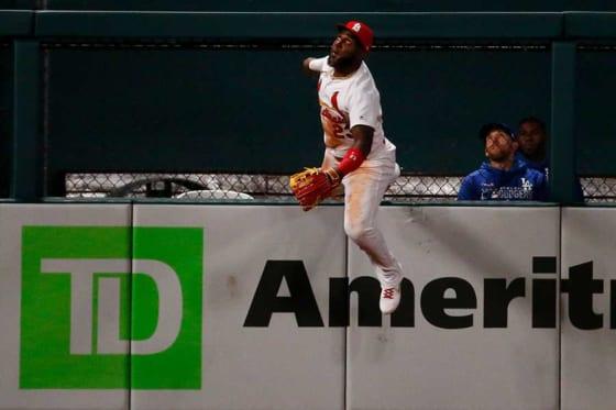捕球を試みたカージナルスのマルセル・オズナ【写真:Getty Images】