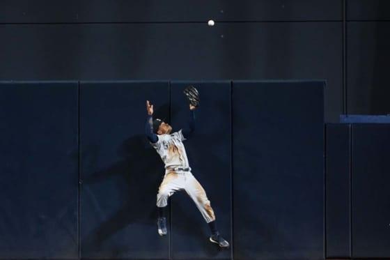マリナーズのマレックス・スミスがジャンピングキャッチを試みるも...【写真:Getty Images】