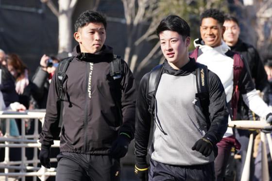 日本ハム・柿木蓮(左)と吉田輝星【写真:荒川祐史】