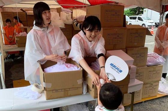 雨天中止となった場合でもチケットを持っている人にはユニホームを配布する【写真:藤浦一都】