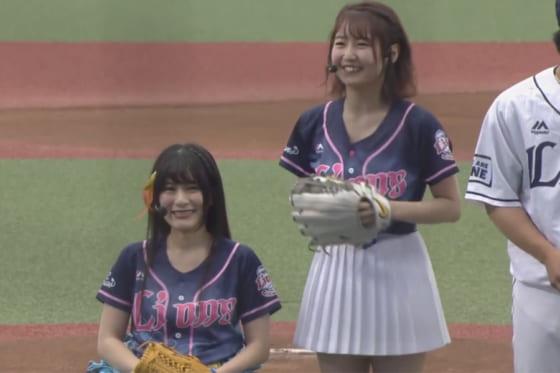 始球式に登場した仮面女子の猪狩ともかさん(左)、SKE48の惣田紗莉渚さん【画像:(C)PLM】