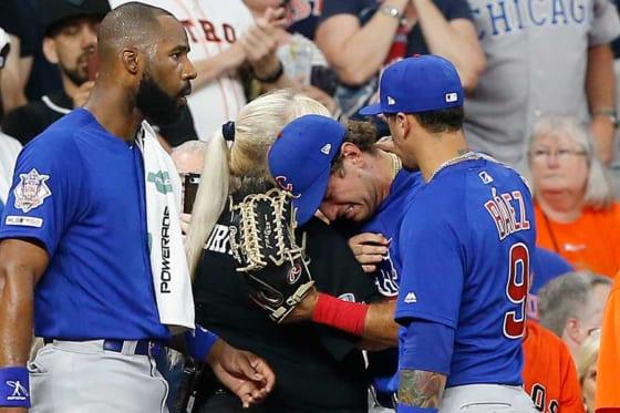 ファウルがファンに直撃し、涙するカブスのアルモラJr.(中央)【写真:Getty Images】