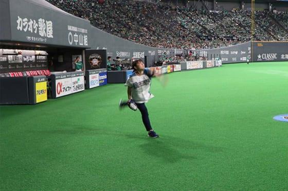 投球練習をする滝川さん【画像:(C)PLM】