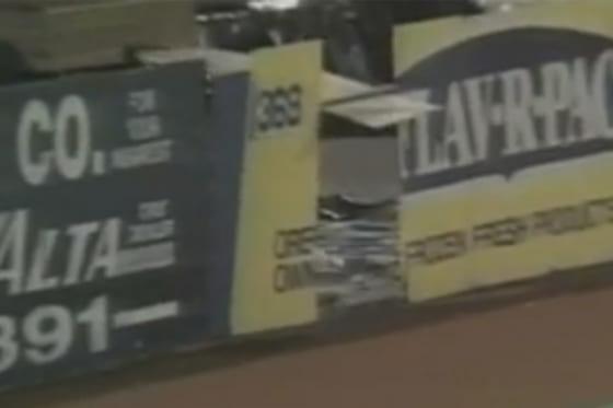 フェンスを突き破り捕球を試みた守備が再び脚光を浴びている(画像はスクリーンショット)