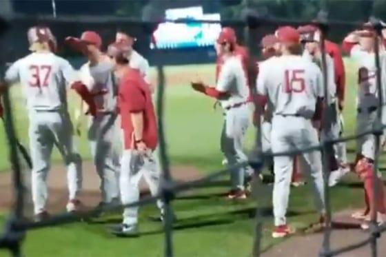 チームメイトからドラフト指名の祝福を受ける「背番号37」のカイル・ストワーズ外野手(画像はスクリーンショットです)