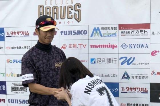 ファンと握手を交わすBC栃木・西岡剛【写真:細野能功】