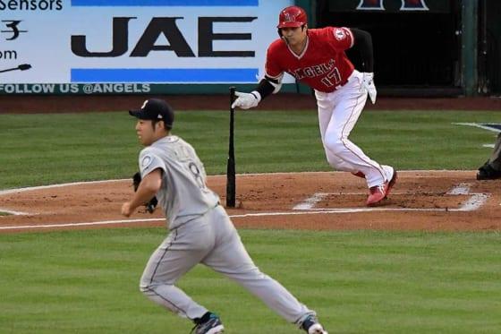 エンゼルス・大谷(右)に本塁打含む2安打を許したマリナーズ・菊池雄星【写真:AP】