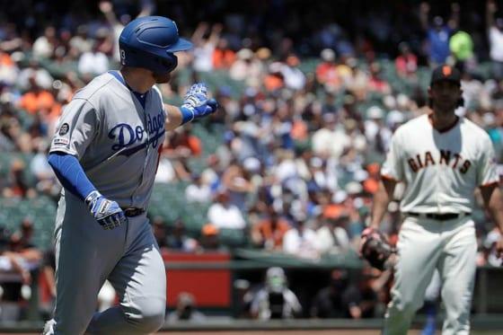 本塁打を放ったドジャース・マンシー(左)と口論したジャイアンツ・バムガーナー【写真:AP】