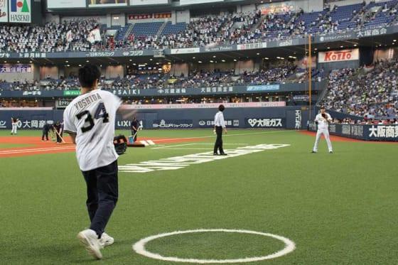 始球式の前にはオリックス・中川圭太とキャッチボールを行った【写真:(C)PLM】