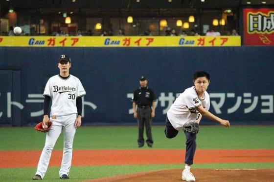 谷口歩さんの投球を見守るオリックス・K-鈴木【写真:(C)PLM】
