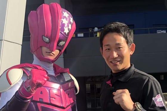 BC茨城の山根代表(右)とチームキャラクターのアストロマン【写真:細野能功】