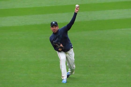 マリナーズの本拠地T-モバイル・パークで軽めの投球練習を行った菊池雄星【写真:木崎英夫】