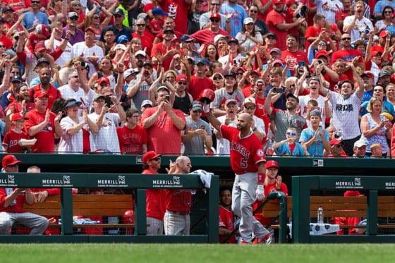 本塁打を放ち声援に応じたエンゼルスのアルバート・プホルス【写真:AP】