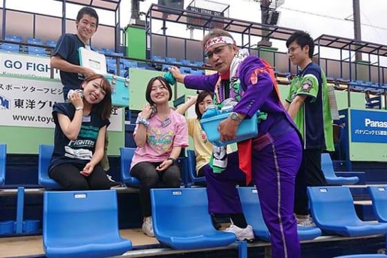 「DJチャス。」が「鎌スタ☆氷のう付チケット」の販売をPR【写真提供:北海道日本ハムファイターズ】