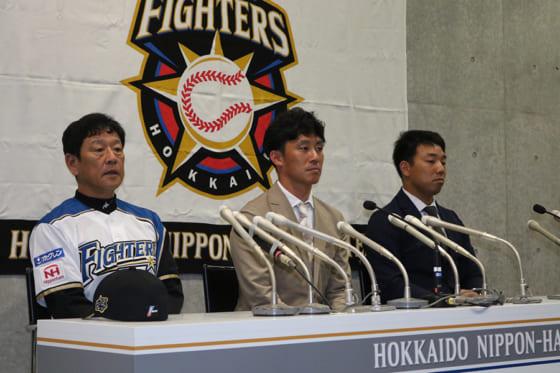 会見に臨んだ日本ハムの(左から)栗山監督、吉川光夫、宇佐見真吾【写真:石川加奈子】