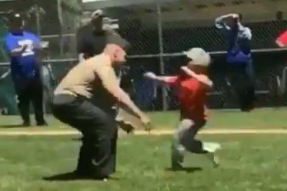 リトルリーグの試合で少年が10か月ぶりに父親と再会(画像はスクリーンショット)
