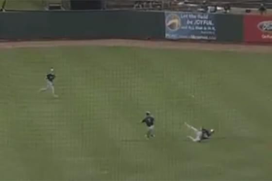"""米マイナーリーグの一戦で、見事な""""お手玉キャッチ""""が生まれた(画像はスクリーンショットです)"""
