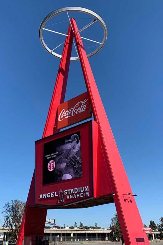 スカッグスの写真が表示されたエンゼルスタジアム駐車場の通称「Big-A」【写真:盆子原浩二】