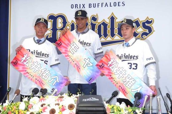オリックスへの入団会見に臨んだ松井佑介、モヤ、松井雅人(左から)【写真:岩国誠】