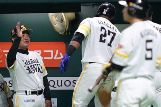 2本塁打と大暴れしたソフトバンクのジュリスベル・グラシアル(中央)【写真:荒川祐史】