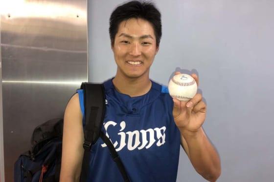 プロ初安打のボールを手に笑顔を見せる西武・鈴木将平【写真:安藤かなみ】