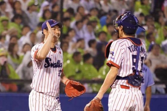3回途中からマウンドに上がった川島亮氏(左)【写真:荒川祐史】