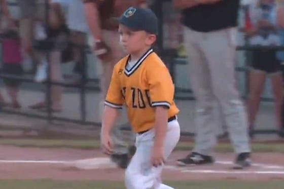 マウンドに向かう6歳の「ドレイクコーチ」(画像はスクリーンショット)