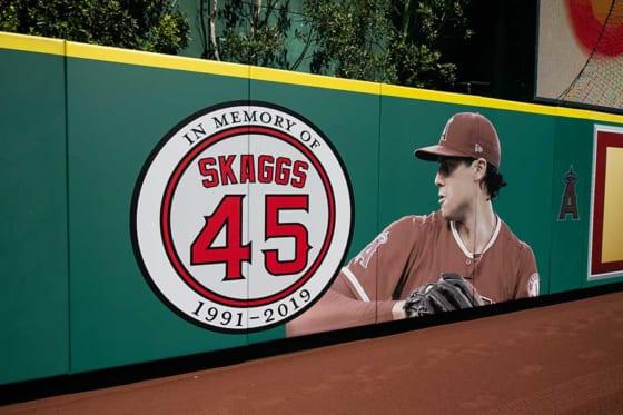 エンゼルスタジアムの外野フェンスに描かれたタイラー・スカッグス投手【写真提供:Angels Baseball】