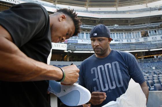 ヤンキース戦に登場したヤニス・アデトクンボとヤンキースのCC・サバシア【写真:AP】
