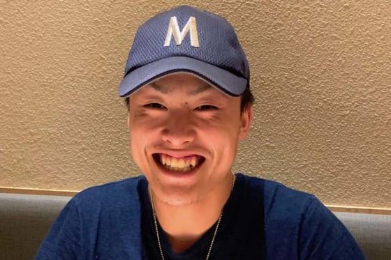 三重高校時代の帽子を被り当時を振り返る今井重太朗さん【写真:小西亮】