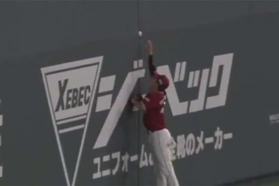 7回に日本ハム・石井一成の放った打球が右中間フェンスに挟まり適時二塁打に【画像:パーソル パ・リーグTV】