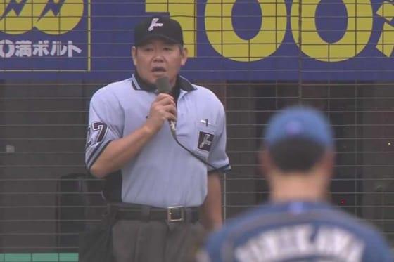 審判が何やら宣告、夏の釧路で滅多にお目にかかれない結末に…【画像:パーソル パ・リーグTV】
