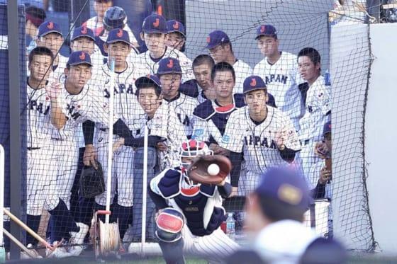 侍ジャパンU-18代表の選手たちが奥川の投球に釘付けに【写真:荒川祐史】