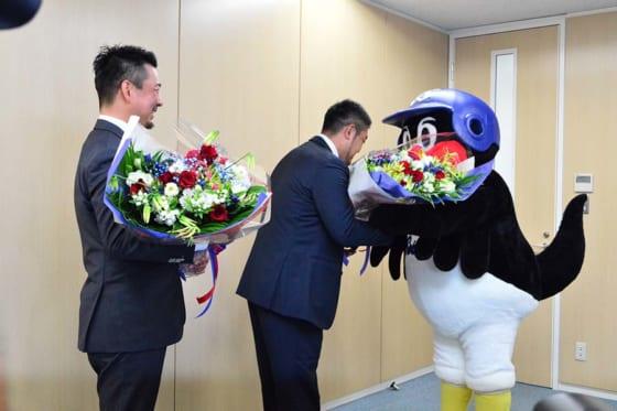 つば九郎から花束を受け取るヤクルト館山昌平(左)と畠山和洋(中央)【写真:編集部】