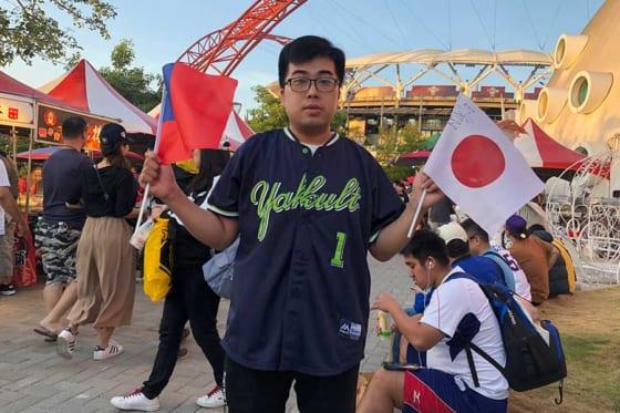ヤクルト・山田哲人のユニホームを着用し応援に訪れた台湾ファン【写真:編集部】