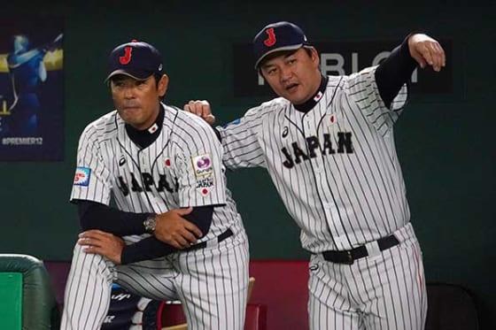 金子誠ヘッドコーチ兼打撃コーチ(右)【写真:Getty Images】