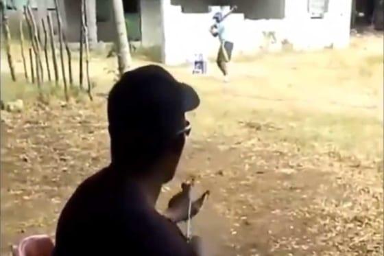 """ドミニカの野球少年が行う""""珍打撃練習""""が話題に(画像はスクリーンショット)"""