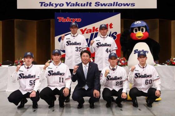 ヤクルトの新入団選手発表会に臨んだドラフト1位の奥川恭伸(前列左から2番目)【写真:小倉元司】