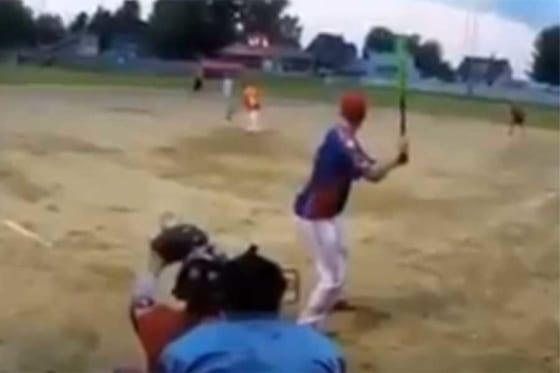 ソフトボールで目を疑うような曲芸打ち本塁打が誕生!?(画像はスクリーンショット)