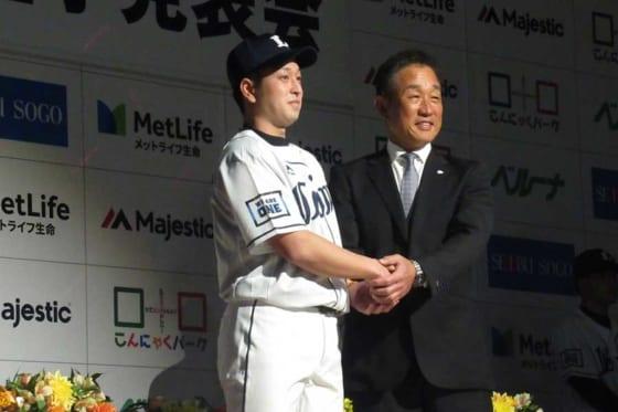 西武の「新入団選手発表会」で握手を交わした宮川哲(左)と辻監督【写真:安藤かなみ】