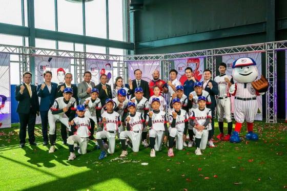 バンコクに野球専門トレーニング施設がオープン(後列中央の赤い練習着がタイ野球連盟の青山功氏)【写真提供:Besides Sports】