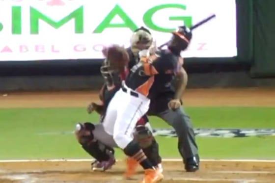 剛球が球審へ… 衝撃シーンを捉えた動画が話題に(画像はスクリーンショット)