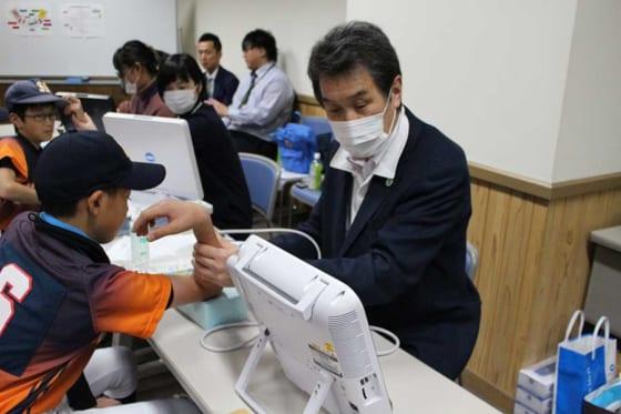 新潟・新潟市で行われた第7回青少年ベースボールフェスタでの小学生の「野球肘検診」の様子【写真:広尾晃】