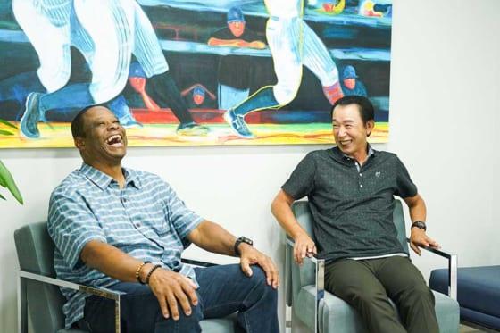 巨人OBのウォーレン・クロマティ氏(左)と篠塚和典氏の特別対談が実現【写真:荒川祐史】