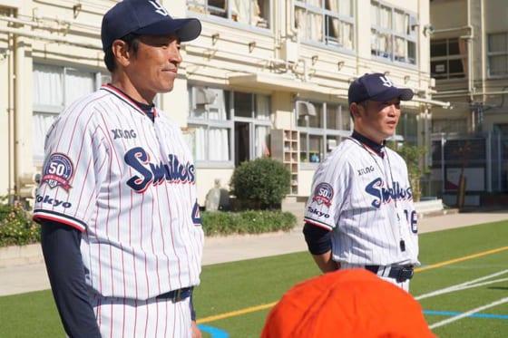 ヤクルト投げ方教室行った球団OBの河端龍さん(右)と度会博文さん【写真:編集部】