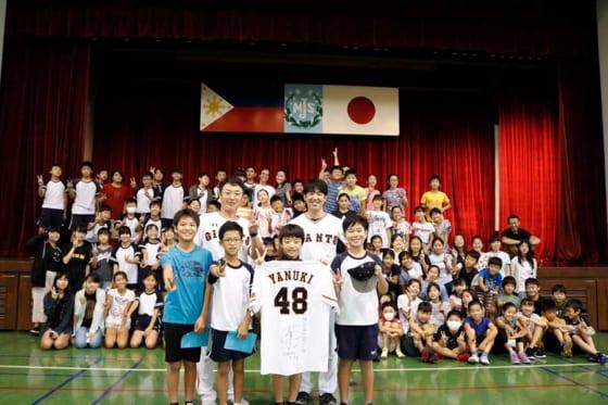 マニラの日本人学校で野球教室を行った巨人OBの北篤氏と木村正太氏【写真提供:読売巨人軍】