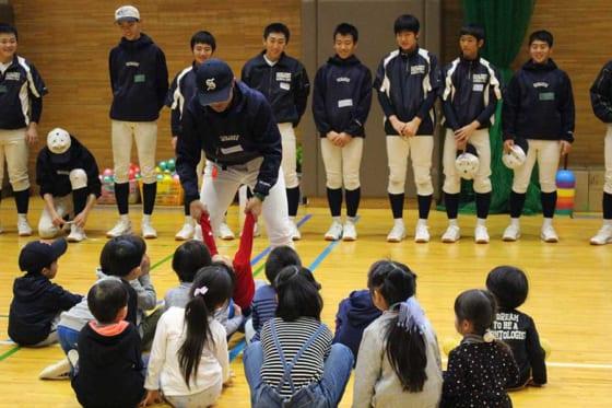 昨年12月に東京・新宿高で行われた野球教室の様子【写真:広尾晃】