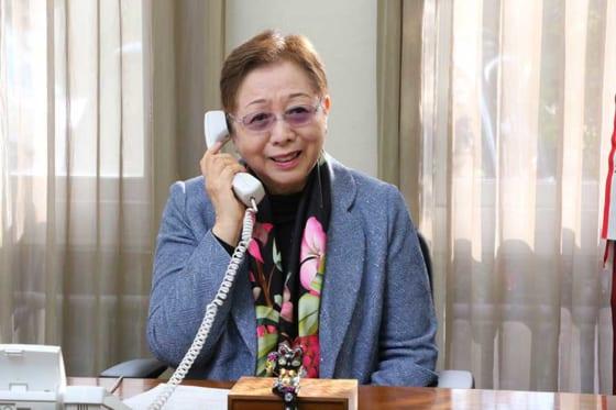 出場決定の電話を受ける加藤学園の加藤瑠美子校長【写真:編集部】